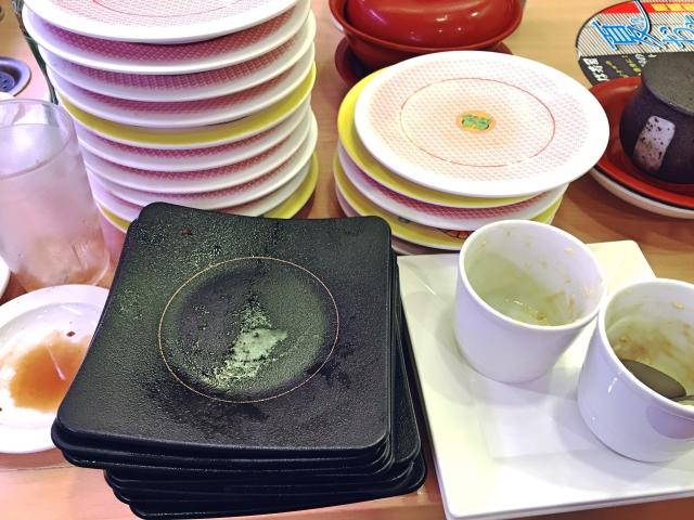 回転寿司を満喫中。突然、隣の席にいた子連れのキチママがお皿を7枚も私のところに重ねてきた!