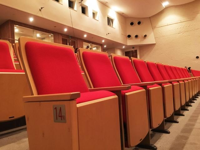 娘と一緒にバレエの公演を見に行った。見知らぬ老人「その席どけ」→言い返そうとした瞬間、ある事に気付いて素直に席を譲った結果ww