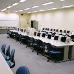 大学のパソコン教室は席取りの荷物がひどく、いつも使えない。そこで…